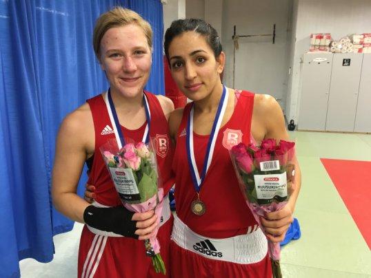 Minna Väisänen ja Fatma Hajizadeh edustivat Reipasta salinyrkkeilyissä. (Arkistokuva)