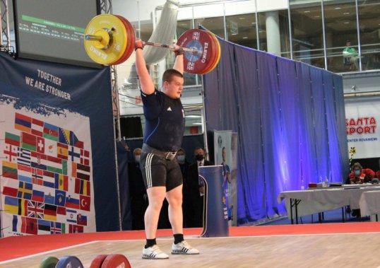 Jukka Ylisoini työntää 158 kiloa, mutta tuomarit eivät hyväksy nostoa.