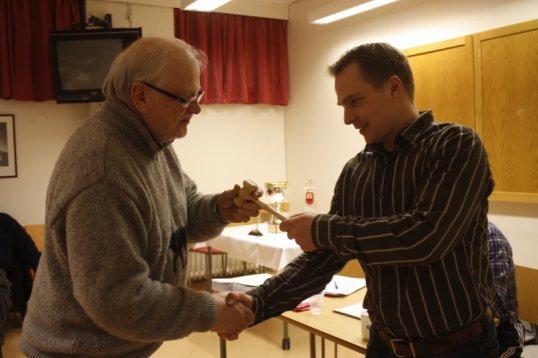 Esko Riepula luovuttaa puheenjohtajuuden Kimmo Niukkaselle.